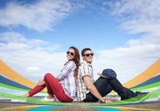 Nastolatkowie siedzi z powrotem popierać Obrazy Stock