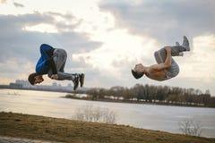 Nastolatkowie skacze parkour motywaci doskakiwanie Obraz Royalty Free