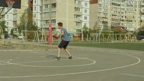 Nastolatkowie trenuje koszykówek umiejętności na plenerowym sądzie zbiory
