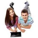Nastolatkowie używa pastylkę Zdjęcia Royalty Free