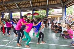 Nastolatkowie w czasie przygotowań dla Ngrupuk parady Zdjęcie Royalty Free