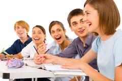 Nastolatkowie w sala lekcyjnej zdjęcia stock