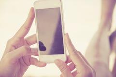 Nastolatkowie z telefon komórkowy Zdjęcia Royalty Free