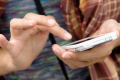 Nastolatkowie Z telefonem komórkowym Zdjęcia Stock