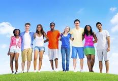 Nastoletni świętowanie przyjaźni więzi jedności pojęcie Zdjęcia Royalty Free