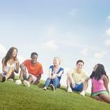 Nastoletni świętowanie przyjaźni więzi jedności pojęcie Fotografia Stock