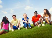 Nastoletni świętowanie przyjaźni więzi jedności pojęcie Zdjęcia Stock