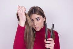 Nastoletni atrakcyjny piękny dziewczyna dowcipu włosy problem Obrazy Stock