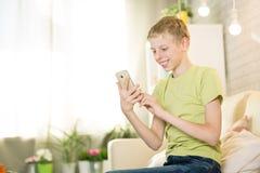 Nastoletni bawić się telefon Obrazy Royalty Free