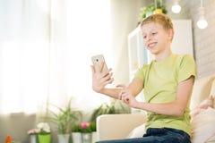 Nastoletni bawić się telefon Zdjęcia Royalty Free