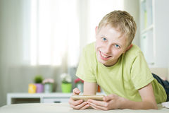 Nastoletni bawić się telefon Fotografia Stock
