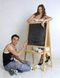 Nastoletni brat i siostrzany pobliski blackboard Fotografia Stock
