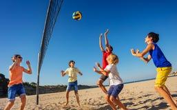 Nastoletni chłopacy bawić się siatkówkę na plaży fotografia royalty free
