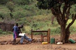 Nastoletni chłopacy studiuje outdoors, Mozambik Obrazy Stock