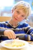 Nastoletni chłopak łasowanie smażąca grula Zdjęcie Stock