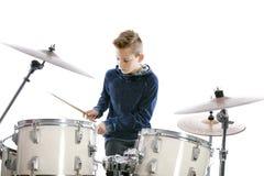 Nastoletni chłopak bawić się bębeny w studiu fotografia royalty free