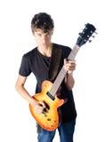 Nastoletni chłopak bawić się gitarę zdjęcia royalty free