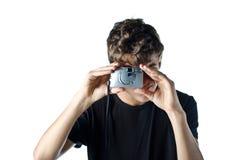 Nastoletni chłopak bierze fotografię z ścisłą kamerą obraz stock
