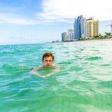 Nastoletni chłopak cieszy się dopłynięcie zdjęcia royalty free
