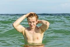 Nastoletni chłopak cieszy się dopłynięcie w oceanie zdjęcia royalty free
