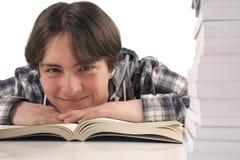 Nastoletni chłopak czyta książkę Obrazy Royalty Free