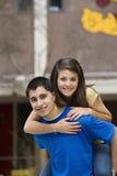 Nastoletni Chłopak Daje dziewczyny Piggyback przejażdżce fotografia stock