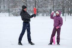 Nastoletni chłopak i młoda dziewczyna bawić się snowballs Zdjęcie Royalty Free