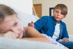 Nastoletni chłopak i mała dziewczynka kłóci się w domu Obraz Stock