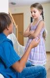 Nastoletni chłopak i mała dziewczynka kłóci się w domu Zdjęcie Royalty Free