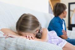 Nastoletni chłopak i mała dziewczynka kłóci się w domu Zdjęcia Royalty Free