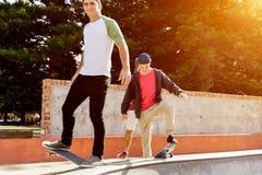 Nastoletni chłopak jeździć na deskorolce outdoors Zdjęcia Stock