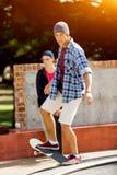 Nastoletni chłopak jeździć na deskorolce outdoors Zdjęcie Royalty Free