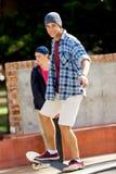 Nastoletni chłopak jeździć na deskorolce outdoors Fotografia Stock