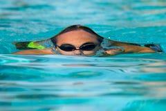 Nastoletni chłopak pod wodną powierzchnią Zdjęcie Royalty Free