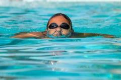 Nastoletni chłopak pod wodną powierzchnią Obrazy Royalty Free