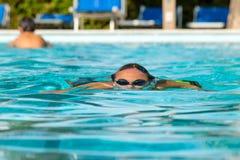 Nastoletni chłopak pod wodną powierzchnią Obraz Royalty Free