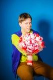 Nastoletni chłopak pozuje z bukietem kwiaty obraz royalty free