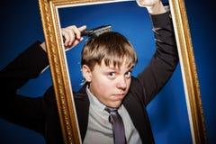 Nastoletni chłopak pozuje z obrazek ramą obrazy royalty free