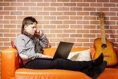 Nastoletni chłopak pracuje na laptopie Koncentracja i ochłonięcie zdjęcia stock