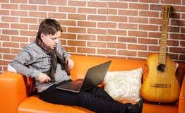 Nastoletni chłopak pracuje na laptopie Koncentracja i ochłonięcie zdjęcia royalty free