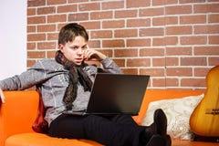 Nastoletni chłopak pracuje na laptopie Koncentracja i ochłonięcie obraz royalty free