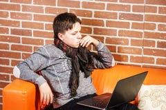 Nastoletni chłopak pracuje na laptopie Koncentracja i ochłonięcie fotografia royalty free
