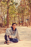 Nastoletni chłopak słucha mp3 outdoors Fotografia Stock