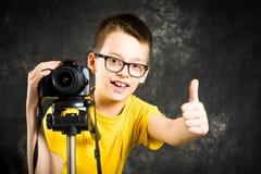 Nastoletni chłopak używa dużą cyfrową kamerę obraz royalty free