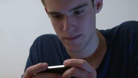 Nastoletni chłopak używa smartphone zdjęcie wideo