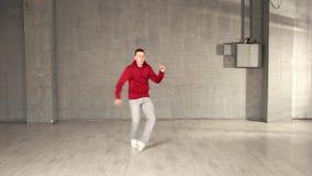 Nastoletni chłopak w czerwonym pulowerze jest dancingowym hip hop zdjęcie wideo