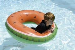 Nastoletni chłopak w floatie zdjęcia royalty free