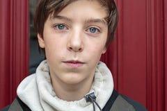 Nastoletni chłopak z czerwonym tłem obraz royalty free