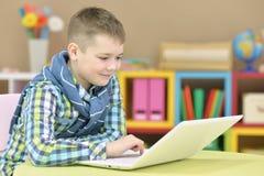 Nastoletni chłopak z laptopem zdjęcia royalty free