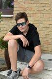 Nastoletni chłopak z nowożytnymi okularami przeciwsłonecznymi obraz royalty free